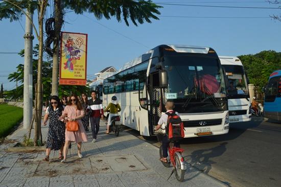 Du khách và người tham gia giao thông phải đi trên lề đường