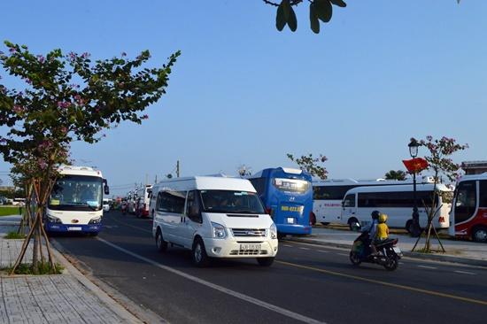 Đường Hùng Vương gần đó cũng co rất đông xe đậu chờ khách