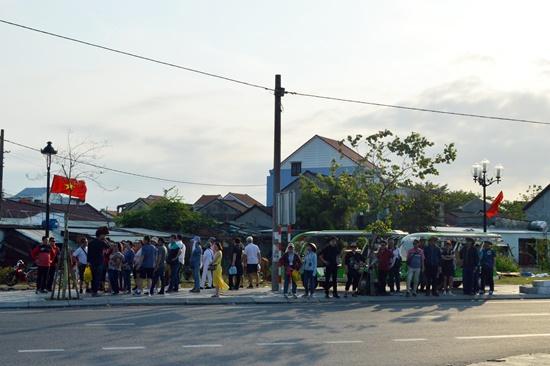 Khách chờ được xe điện trung chuyên vào thâm quan làng gốm Thanh Hà