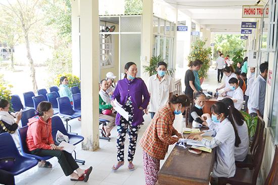 Người dân đến đăng ký khám chữa bệnh tại phòng khám đa khoa Trung tâm Y tế huyện Đại Lộc.  Ảnh: K.KIÊM