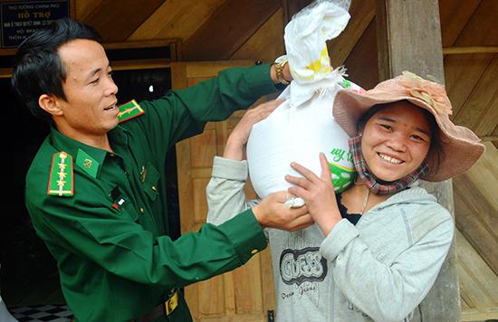 Niềm vui của bà con cụm bản Lào trong ngày nhận gạo từ BĐBP Quảng Nam. Ảnh: Đ.N