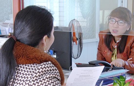 Người dân đến làm thủ tục tại Bộ phận tiếp nhận và trả kết quả huyện Phú Ninh. Ảnh: H.C