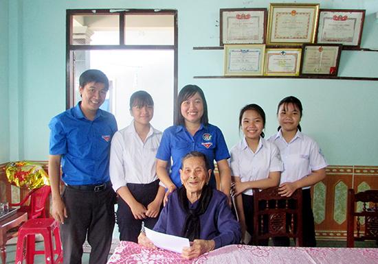 Tuổi trẻ Hội An tặng quà Bà mẹ Việt Nam anh hùng ở xã Cẩm Thanh.  Ảnh: PHAN SƠN
