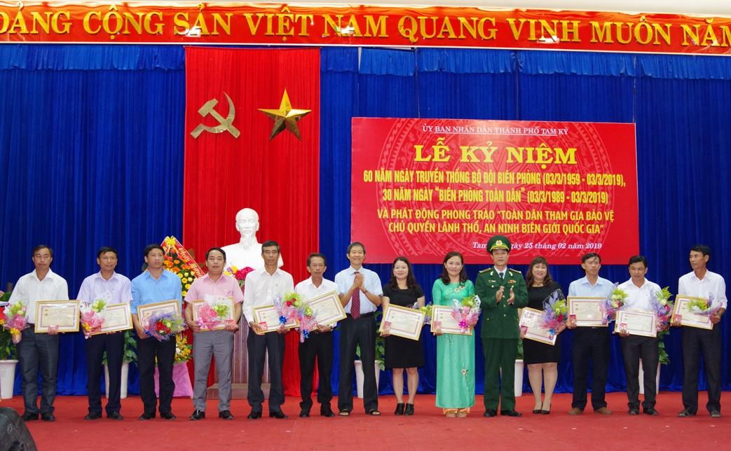 """Trao tặng kỷ niệm chương """"Vì chủ quyền an ninh biên giới"""" cho 14 cá nhân."""