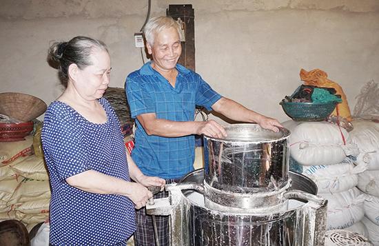 Ông Ba Ninh cùng vợ là bà Trương Thị Nhi (quê ở Duy Xuyên) làm nghề tráng mỳ Quảng ở xã Bảo Vinh (thị xã Long Khánh, tỉnh Đồng Nai).  Ảnh: N.TRANG