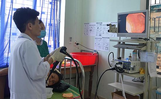 Bác sĩ TTYT huyện Tiên Phước thực hiện ca nội soi dạ dày cho bệnh nhân. Ảnh: N.HƯNG