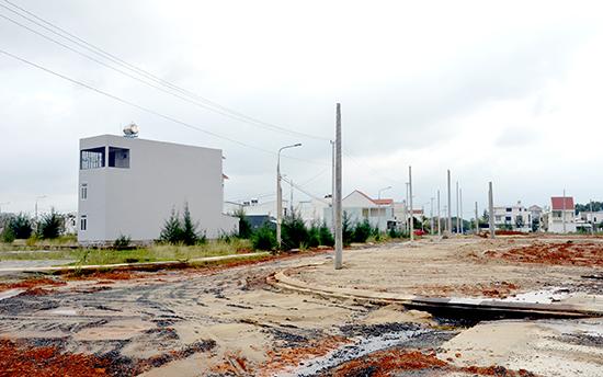 Một dự án khai thác quỹ đất ở thị trấn Núi Thành đang hoàn thiện kết cấu hạ tầng khung.Ảnh: H.P