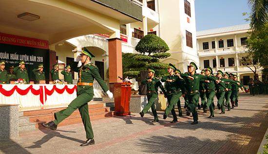 Duyệt đội ngũ tại lễ ra quân huấn luyện.
