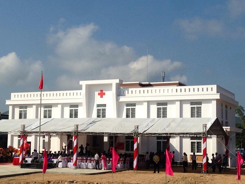 Người dân đến khám bệnh tại Trung tâm Y tế huyện Phú Ninh. Ảnh: H.C