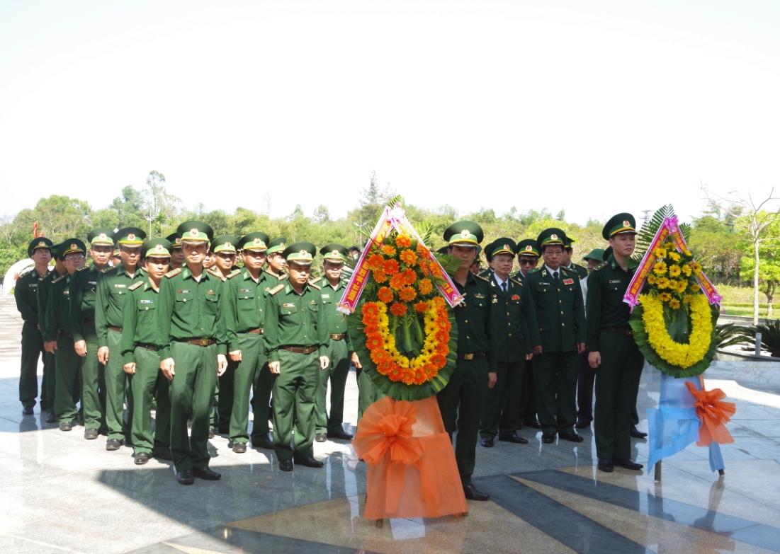 Các đại biểu viếng hương tại nghĩa trang liệt sĩ tỉnh Quảng Nam