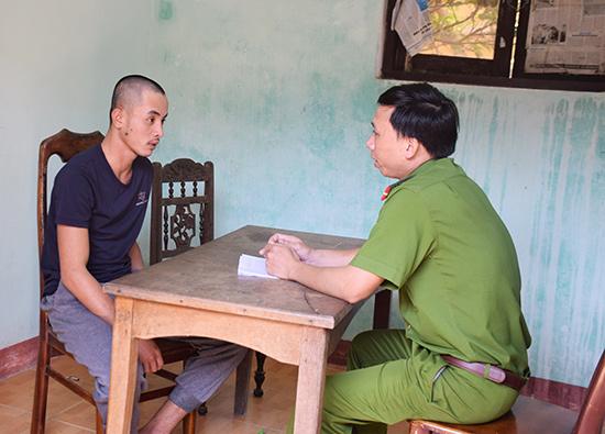 Công an huyện Thăng Bình đấu tranh với đối tượng Huỳnh Tấn M. để làm rõ hành vi trộm cắp bình ắc quy do đối tượng này thực hiện. Ảnh: THANH THẮNG