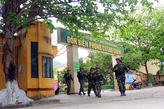Các chiến sĩ Đồn Biên phòng Cù Lao Chàm trên đường tuần tra. Ảnh: N.C