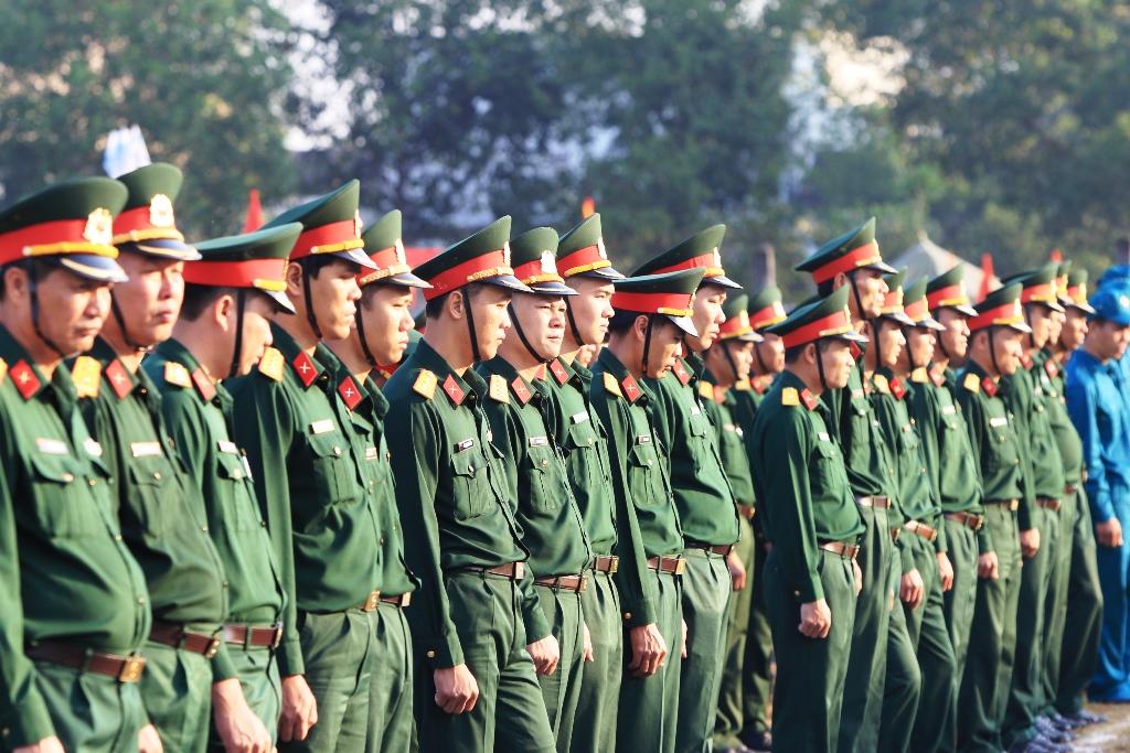 Hơn 300 sĩ quan, dân quân tự vệ của Bộ chỉ huy quân sự và các đơn vị tham gia lễ ra quân. Ảnh: T.C