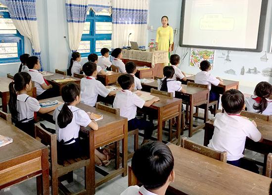 Trường Tiểu học Lê Văn Tám được đầu tư nhiều thiết bị dạy và học. Ảnh: PHAN VINH