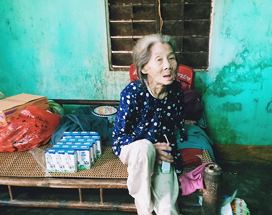 Cụ Nguyễn Thị Cúc mù lòa, tay trái bị cụt, sống neo đơn trong căn nhà xập xệ. Ảnh: N.TRANG