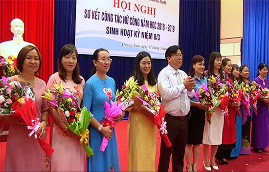 Giám đốc Sở GD-ĐT Hà Thanh Quốc tặng hoa chúc mừng nữ cán bộ Công đoàn ngành nhân dịp 8.3.