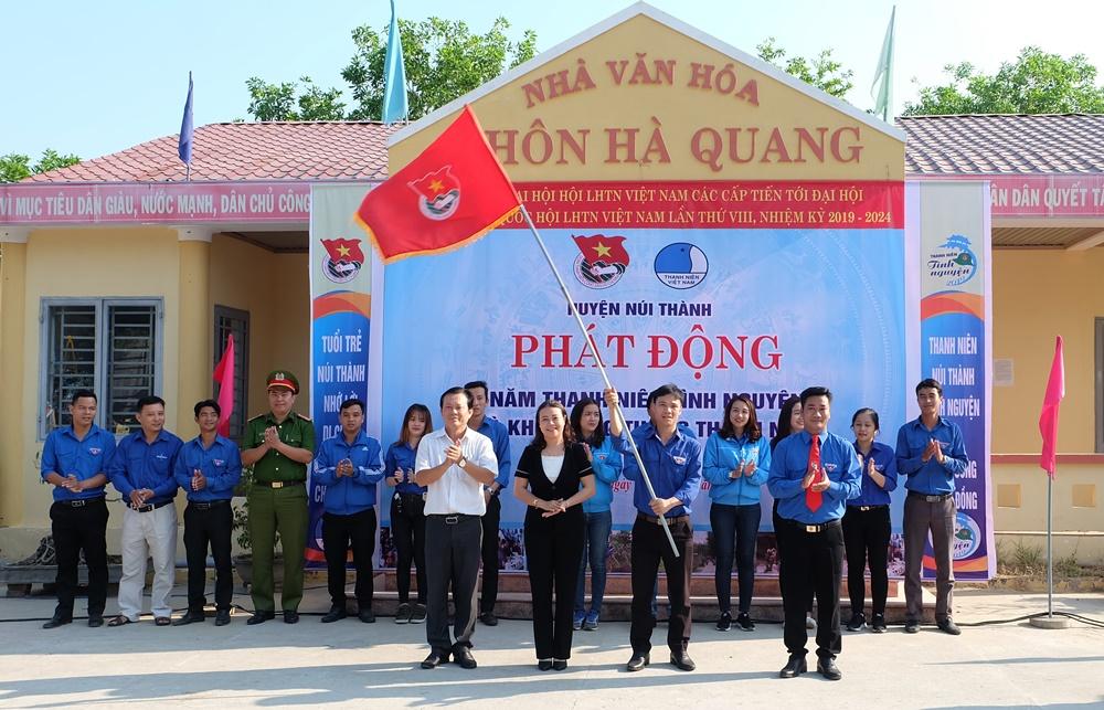 Trao cờ xuất quân, phát động Năm thanh niên tình nguyện và Khởi động Tháng thanh niên 2019. Ảnh: L.C