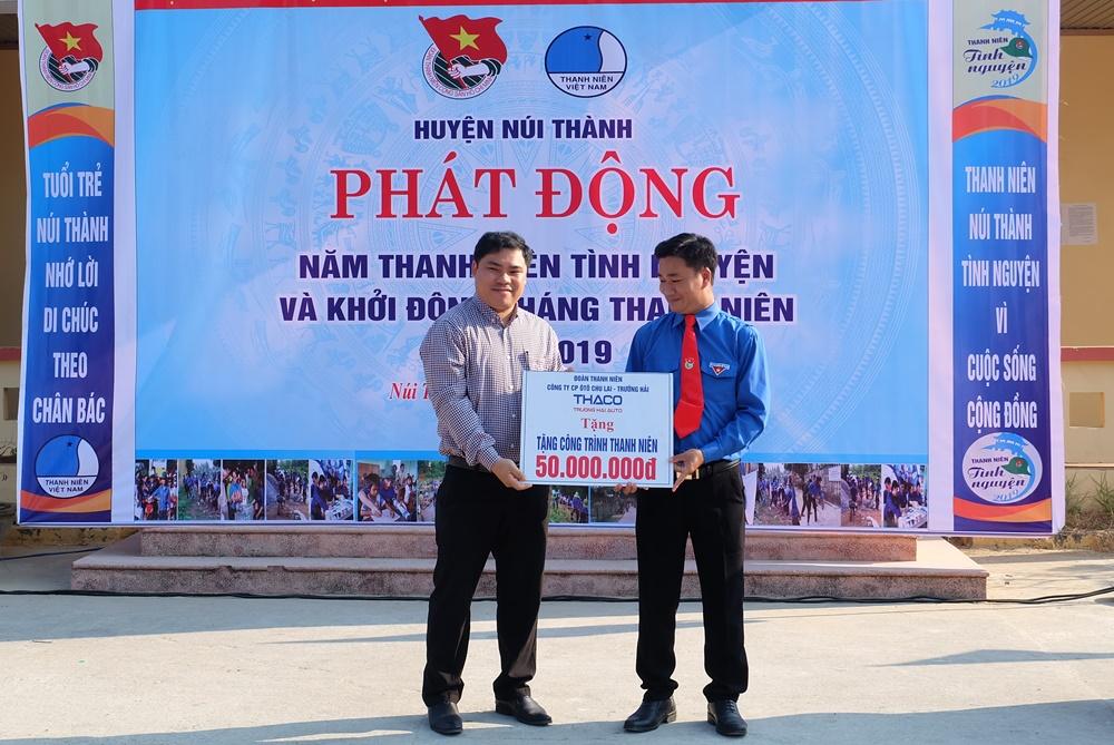 Đoàn thanh niên Công ty Cổ phần Ô tô Chu Lai - Trường Hải tặng biển tượng trưng công trình thanh niên trị giá 50 triệu đồng. Ảnh: L.C