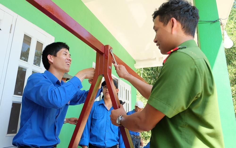 ĐVTN tham gia lắp đặt khu vui chơi cho thiếu nhi tại trường mẫu giáo Trùng Dương (xã Tam Tiến). Ảnh: L.C