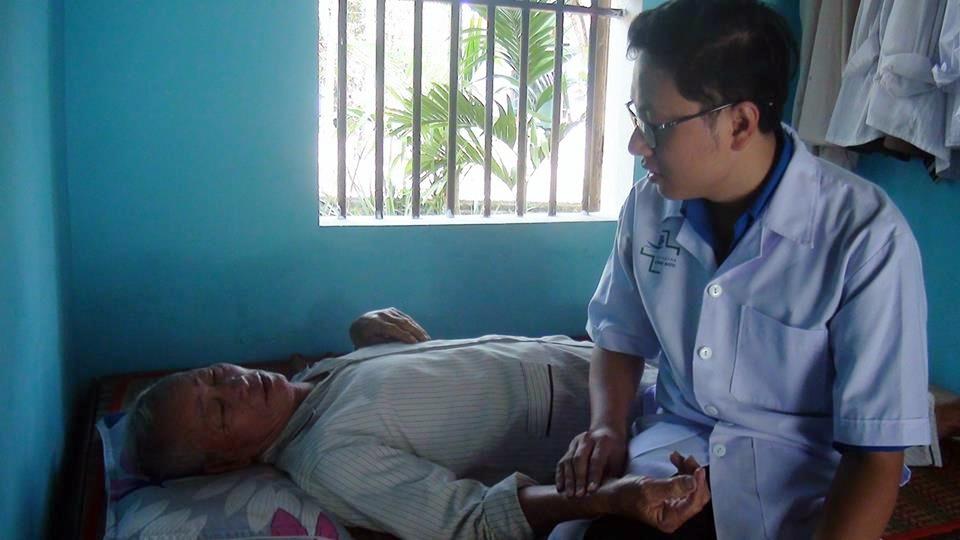 Khám bệnh, cấp phát thuốc cho người già neo đơn. Ảnh: L.T