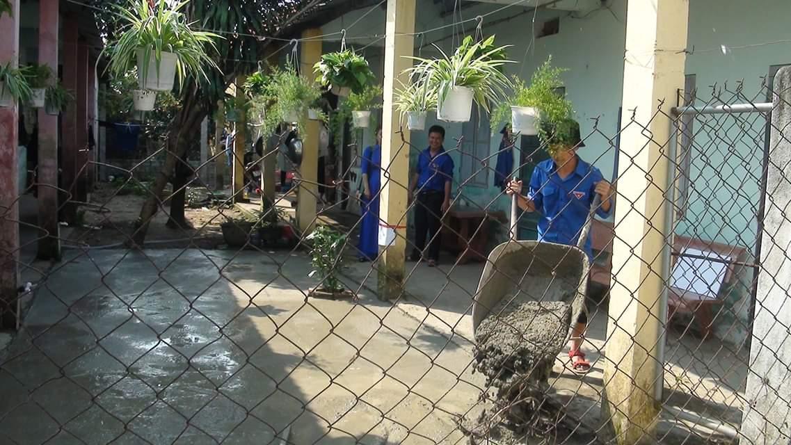 Làm sân bê tông và trang trí khu nhà trọ cho công nhân. Ảnh: L.T