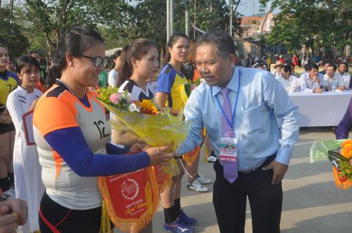 Ban tổ chức tặng hoa động viên các đội bóng trước giờ thi đấu. Ảnh: T.V