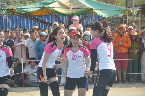 Niềm vui chiến thắng của các cô gái đội Tiên Phước trong trận ra quân. Ảnh: T.V