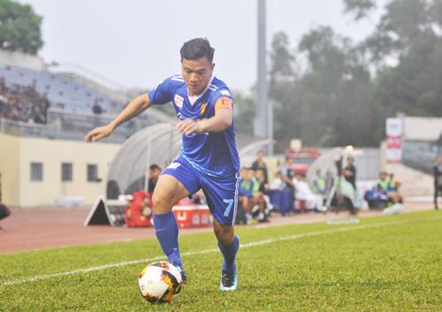 Thanh Trung tỏa sáng với bàn thắng đẹp mắt nhưng cũng chỉ giúp đội nhà có được 1 điểm. Ảnh: T.V