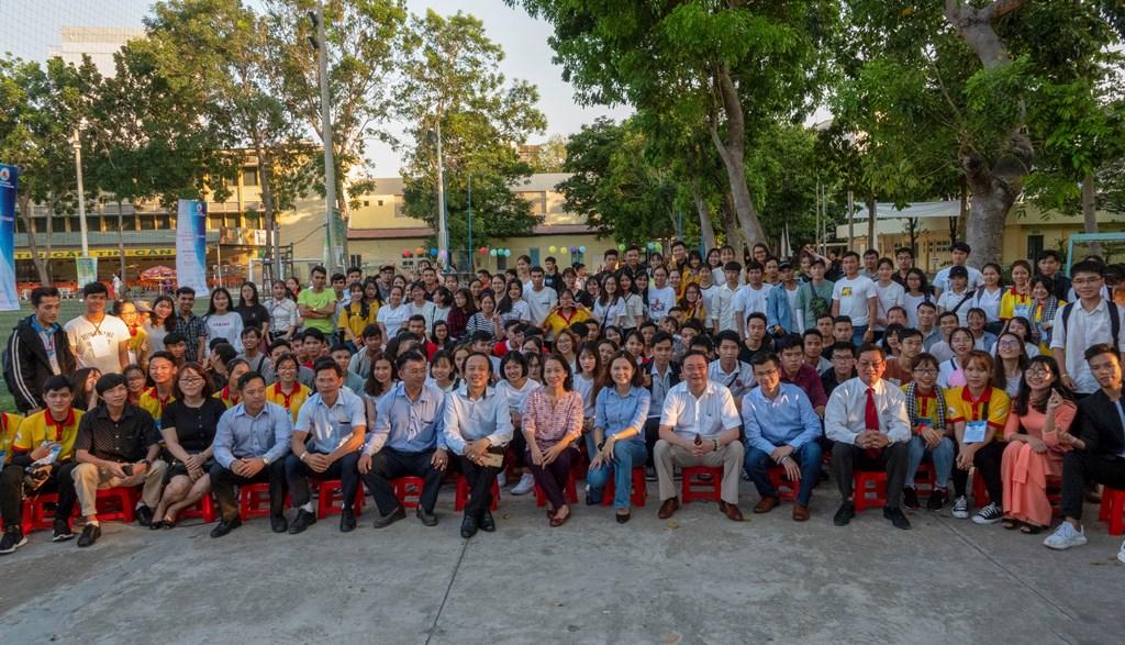 Các vị khách mời chụp hình lưu niệm cùng sinh viên. Ảnh: XUÂN THỌ