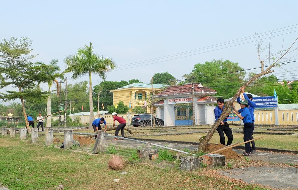 Trồng cây xanh tại Trường THCS Nguyễn Bỉnh Khiêm, xã Tam An. Ảnh: L.C
