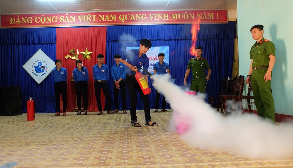 Tuyên truyền phòng cháy chữa cháy trong học sinh. Ảnh: L.C
