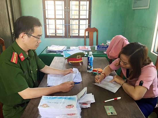 Công an huyện Núi Thành làm việc với nhân viên bán hàng Đinh Thị Lâm.Ảnh: X.M