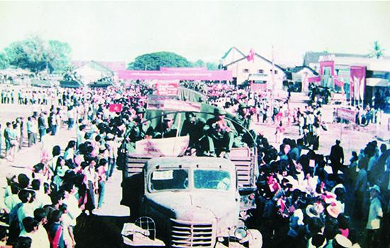 Nhân dân Campuchia đưa tiễn bộ đội Sư đoàn 315 về nước. Ảnh: T.L