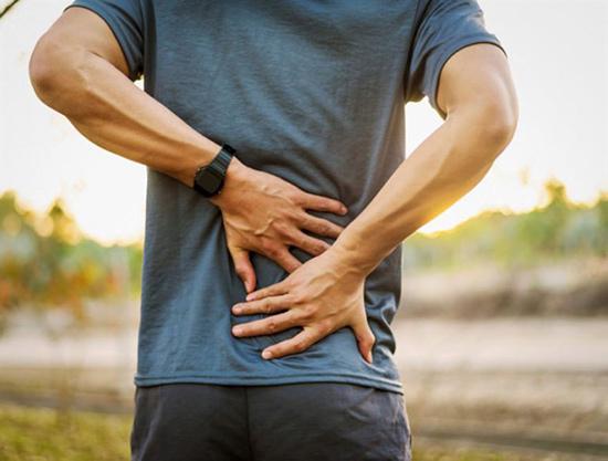 Đau lưng có thể do thiếu vận động khi về già. Ảnh: Shutterstock
