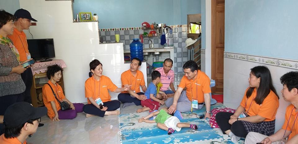 Đoàn y, bác sĩ Bệnh viện đa khoa Long An Segaero thăm khám cho trẻ khuyết tật. Ảnh: B.T