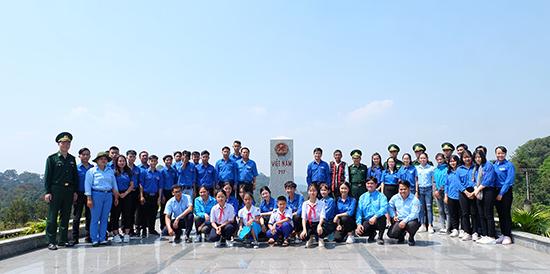 Đoàn du khảo chụp ảnh lưu niệm tại cột mốc 717 xã La Dêê, huyện Nam Giang.Ảnh: HỒNG CƯỜNG