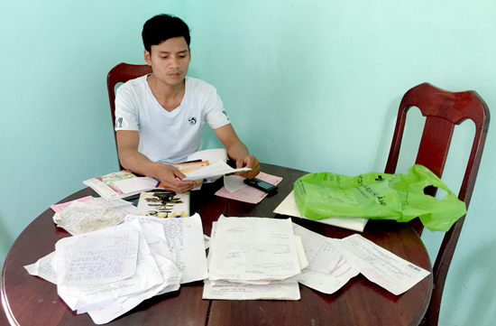 Anh Hồ Văn Lơn đang rất bức xúc vì Tổ công tác Hạt Kiểm lâm Phước Sơn - Hiệp Đức chưa thực hiện việc hỗ trợ tiền như đã thỏa thuận. Ảnh: PHAN VINH
