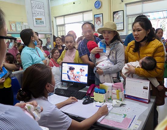 Chen lấn để được tiêm vắc xin 6 trong 1. Ảnh: X.H
