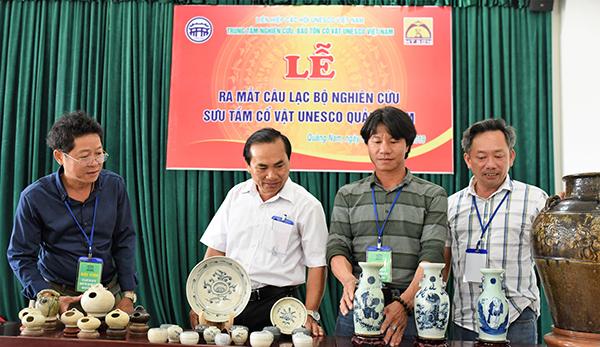 Giới thiệu một số cổ vật tại buổi lễ ra mắt câu lạc bộ tại Bảo tàng tỉnh.