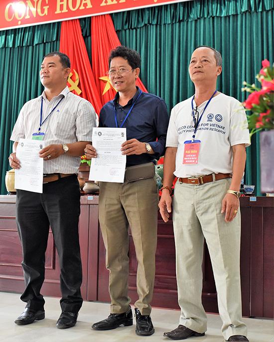 Lãnh đạo Trung tâm UNESCO nghiên cứu bảo tồn cổ vật Việt Nam trao quyết định thành lập Câu lạc bộ nghiên cứu, sưu tầm cổ vật UNESCO Quảng Nam.
