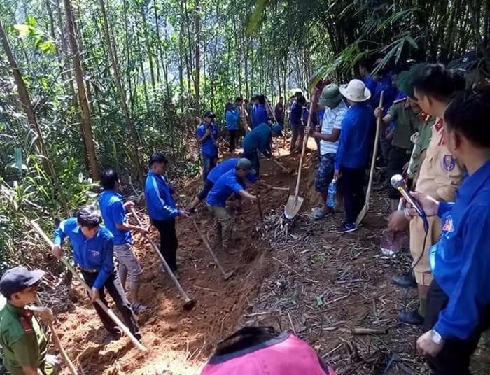 Thực hiện 2km đường dân sinh tại thôn Ka Nơm. Ảnh: M.L
