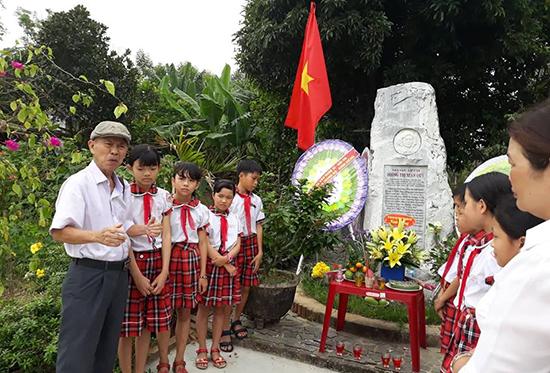 Nhà văn Hồ Duy Lệ nói chuyện với thầy cô giáo và học sinh Trường Tiểu học Duy Thành về nhà văn Xuân Quý. Ảnh: QUẾ HÀ