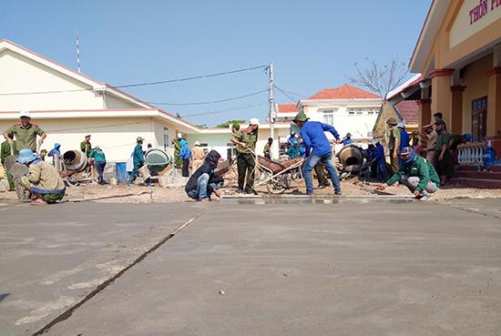 Tuổi trẻ Thăng Bình chung tay xây dựng giao thông nông thôn. Ảnh: QUANG VIỆT