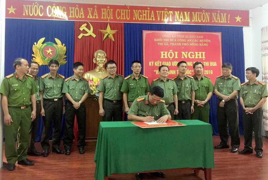 Các đại biểu ký giao ước thi đua. Ảnh: L.T