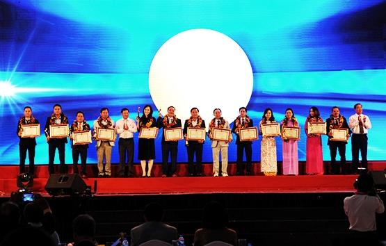 Lãnh đạo tỉnh tặng bằng khen và vinh danh các doanh nghiệp là người con quê hương tại TP.HCM đã đóng góp rất lớn cho quê hương. Ảnh: MINH HẢI
