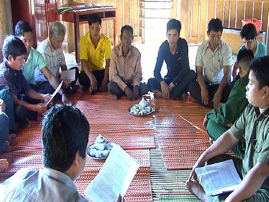 Lãnh đạo xã Zà Hung, huyện Đông Giang họp với Ban nhân dân thôn, Ban dân chính lựa chọn nhân sự khi sáp nhập thôn.