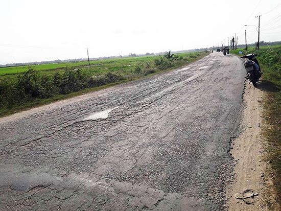 Tuyến đường ĐT 608 nối QL1 từ phường Vĩnh Điện đi Điện Phương, ngã ba Lai Nghi (Hội An) bị xuống cấp nặng nề. Ảnh: P.PHƯƠNG