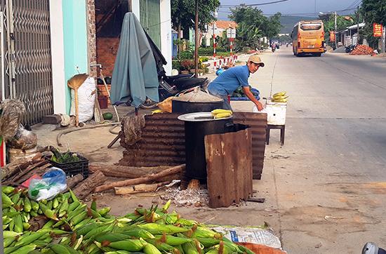 Nấu bếp nếp tại chợ bắp Hòa Mỹ, xã Đại Nghĩa. Ảnh: TRIÊU NHAN