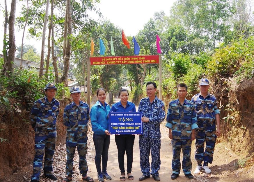Đoàn CS Hải đội 201 và Đoàn xã Tam Quang trao tặng công trình cho đại diện ban nhân dân thôn Trung Toàn. Ảnh: VĂN DOANH