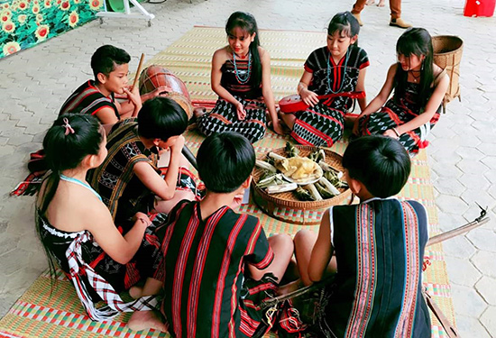 Ngày hội tại Trường PTDTNT THCS Tây Giang (huyện Tây Giang) với phần thi gói bánh sừng trâu.